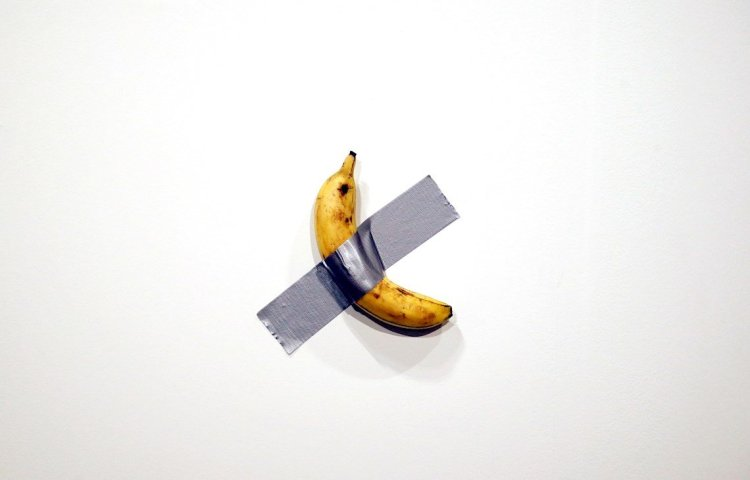 """""""Comediante"""", pieza del artista italiano Maurizio Cattelan, se vendió por 120.000 dólares en Art Basel Miami. Foto: EFE/EPA/Rhona Wise"""