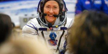 Fotografía de archivo del 14 de marzo de 2019 de la astronauta de Estados Unidos Christina Koch, miembro del principal equipo de expedición a la Estación Espacial Internacional, hablando con su familiar a través de una ventana de seguridad antes del lanzamiento de la nave Soyuz MS-12 en el cosmódromo Baikonur en Kazajistán. (AP Foto/Dmitri Lovetsky, Pool)
