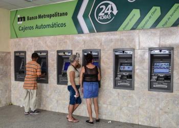 Cubanos hace uso de cajeros electrónicos en La Habana. Foto: Granma / Archivo.