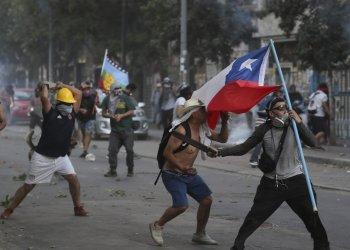Manifestantes chocan con la policía en Santiago de Chile el viernes, 20 de diciembre del 2019. Foto: AP/Fernando Llano