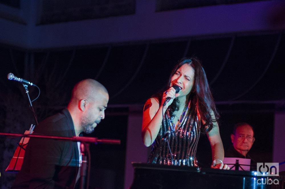 El pianista Cucurucho Valdés y la cantante Haydée Milanés durante el concierto de esta última en el Museo Nacional de Bellas Artes de La Habana, el 4 de diciembre de 2019. Foto: Enrique Smith.
