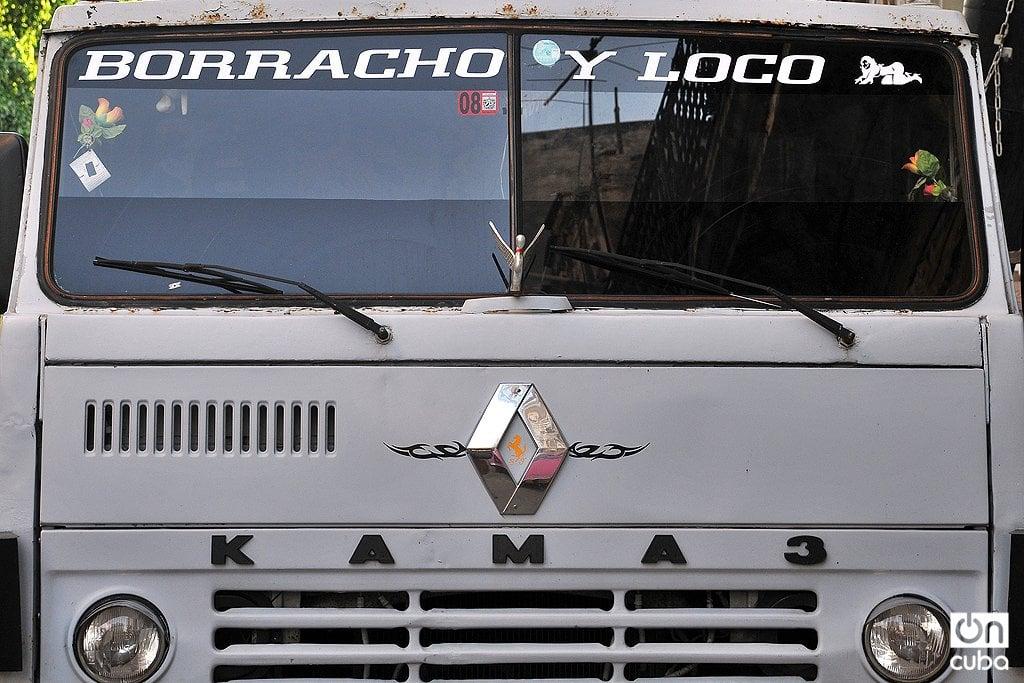Filosofía tropical en un camión cubano. Foto: Alejandro Ernesto.