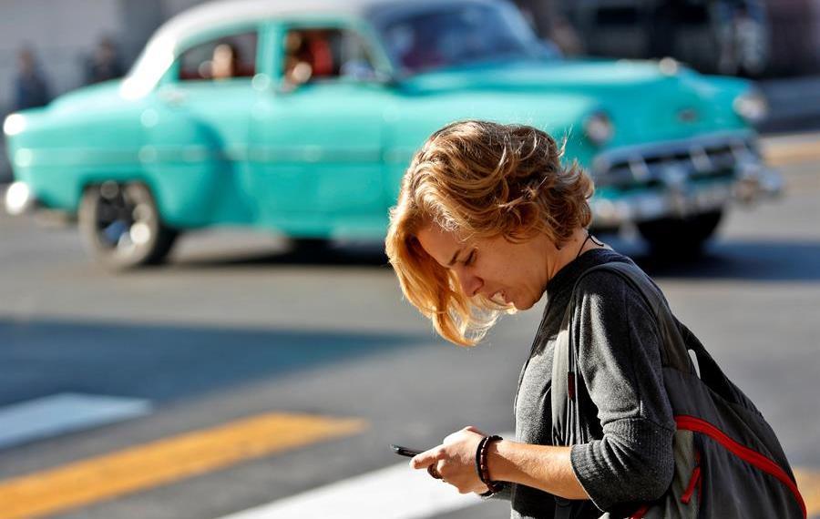Una mujer usa su teléfono celular este viernes 6 de diciembre de 2019, en La Habana, cuando se cumple un año de la activación del internet móvil en Cuba. Foto: EFE/ Yander Zamora