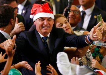 El presidente Jair Bolsonaro con un gorro de Santa Claus durante el festejo navideño con empleados y estudiantes en el palacio presidencial de Planalto, en Brasilia, Brasil, el jueves 19 de diciembre de 2019. Foto: Eraldo Peres / AP / Archivo.