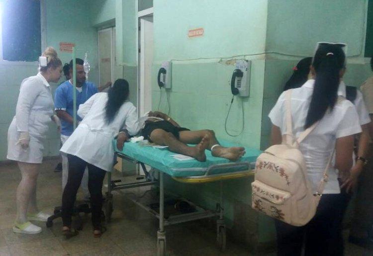 """Personal médico del Hospital General """"Leopoldito Martínez"""", de la localidad cubana de San José, atiende a uno de los lesionados en el accidente masivo ocurrido el viernes 13 de diciembre de 2019 en la occidental provincia de Mayabeque. Foto: Orialis Delgado / Facebook."""