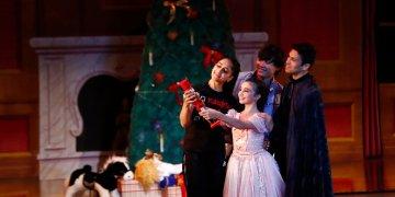 La bailarina Lusian Hernández en el papel de señora Stahlbaum, izquierda; Haowei Zhu como el señor Stahlbaum; Sophia Torrens como Clara, centro y Pablo Manzo como Fritz ensayan el ballet Cascanueces en Miami, 13 de diciembre de 2019.  (AP Foto/Brynn Anderson)