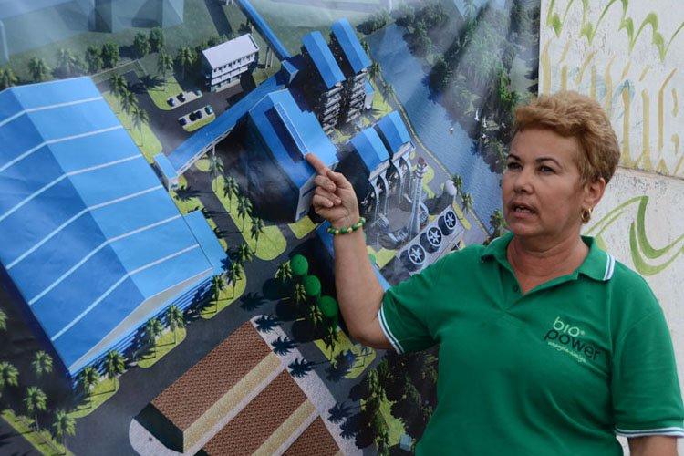 Carmen Taboada, vicepresidenta de la empresa mixta Biopower S.A., muestra la maqueta de la mayor bioeléctrica de Cuba. Foto: Joaquín Hernández Mena/Trabajadores.