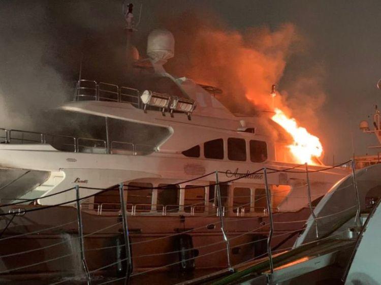 Incendio en un lujoso yate del cantante puertorriqueño-estadounidense Marc Anthony, ocurrido la noche del 18 de diciembre de 2019 en un puerto deportivo de Miami-Dade. Foto: sun-sentinel.com / Cortesía del cuerpo de bomberos de Miami.