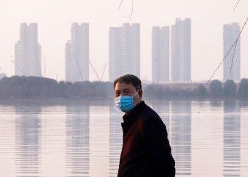 Un hombre porta una mascarilla en la ciudad de Wuhan, en la provincia de Hubei, en el centro de China, el jueves 30 de enero de 2020. Foto: AP/Arek Rataj