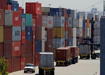 Contenedores de mercancías apilados en columnas a la espera de ser cargados en camiones en el puerto de Oakland, en Oakland, California. (AP Foto/Ben Margot, archivo)