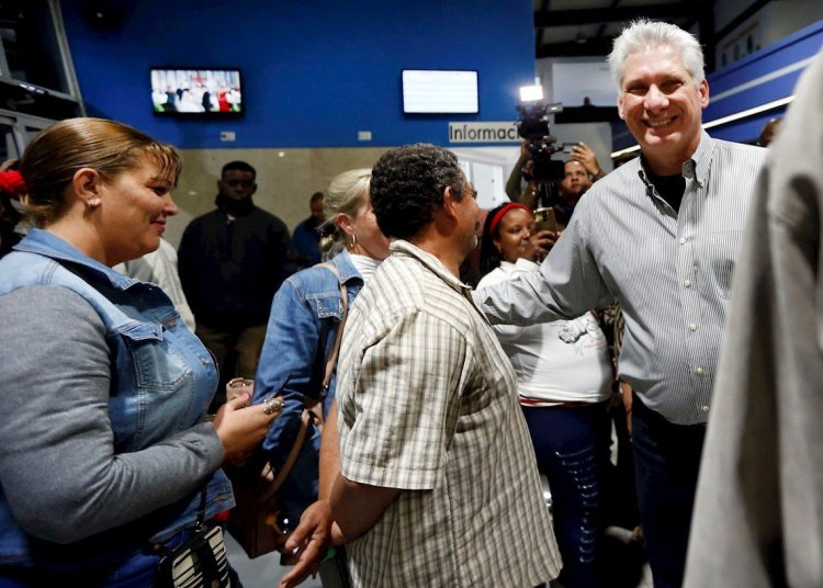 El presidente cubano Díaz-Canel saluda en la terminal de ómnibus de la provincia de Santi Spiritus. Foto: Ernesto Mastrascusa/EFE.
