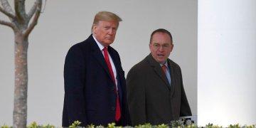 En esta fotografía de archivo del 13 de enero de 2020, el presidente Donald Trump y Mick Mulvaney, jefe de despacho de la Casa Blanca, derecha, caminan en el exterior de la Casa Blanca en Washington. Foto: AP/Susan Walsh
