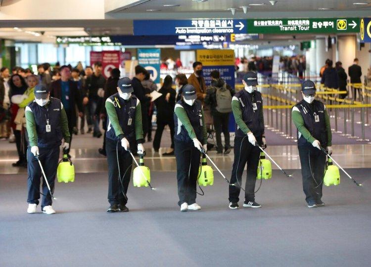 Empleados rocían una solución antiséptica en el lobby de llegada al aumentar las preocupaciones sobre la posible propagación del nuevo coronavirus en el aeropuerto internacional en Incheon, Corea del Sur, el martes 21 de enero de 2020. Foto: Suh Myung-geon/Yonhap vía AP