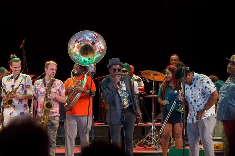 Cimafunk junto a músicos de Nueva Orleans en la apertura del Festival Jazz Plaza, en el Teatro Nacional de La Habana, el 14 de enero de 2020. Foto: Enrique Smith.