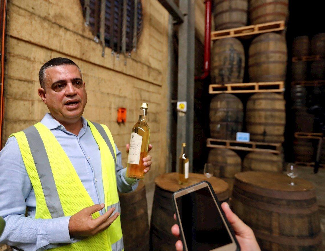 El maestro ronero cubano Asdel Morales explica el proceso de añejamiento en la producción del Ron Havana Club, durante una entrevista con Efe, en la Fábrica de Ron de San José de las Lajas, en el occidente cubano, el 30 de enero de 2020. Foto: Ernesto Mastrascusa / EFE.