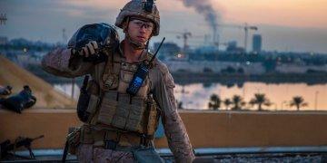 Un infante de Marina carga un saco de arena durante labores para reforzar la seguridad del complejo de la embajada estadounidense en Bagdad, Irak. (Cuerpo de Infantes de Marina de Estados Unidos, foto del sargento Kyle C. Talbot vía AP)