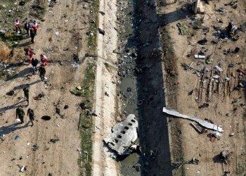 ARCHIVO - En esta fotografía de archivo del miércoles 8 de enero de 2020, varios rescatistas registran el sitio donde se estrelló un jet de pasajeros ucraniano en Shahedshahr, al suroeste de Teherán, Irán. (AP Foto/Ebrahim Noroozi, archivo)