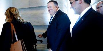 El secretario norteamericano de Estado, Mike Pompeo, al centro, y el secretario de Defensa, Mark Sper, a la derecha, se retiran el 8 de enero de 2020 del Capitolio, en Washington, después de informar a senadores sobre los detalles del peligro que obligó a Estados Unidos a asesinar la semana pasada al general iraní Qassem Soleimani en Irak. . (AP Foto/ Jacquelyn Martin)