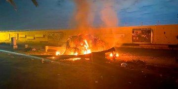 En esta imagen, distribuida por la oficina de prensa del Primer Ministro de Irak, se muestra un vehículo en llamas en el aeropuerto internacional de Bagdad tras un ataque aéreo, en Bagdad, el 3 de enero de 2020. Foto: Oficina de prensa del Primer Ministro de Irak vía AP.