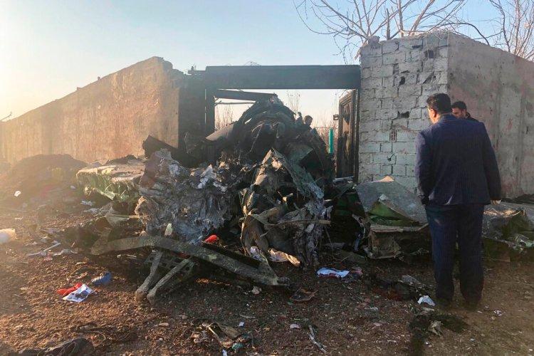 Restos del avión ucraniano que se estrelló poco después de despegar en las afueras de Teherán, Irán, el 8 de enero de 2019. Foto: Mohammed Nasiri/AP.