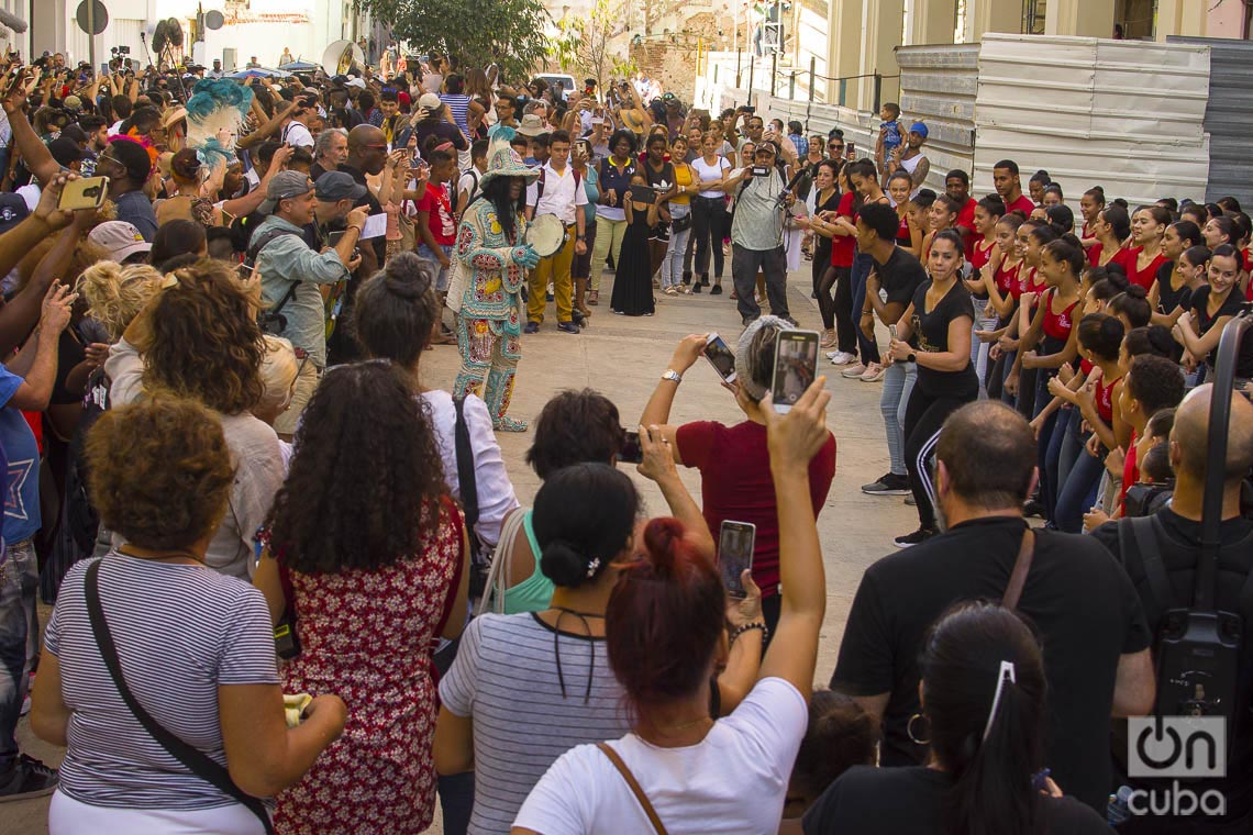 El Big Chief Monk Boudreaux junto a bailarines y estudiantes de la compañía Lizt Alfonso, durante el desfile de artistas de Nueva Orleans y Cuba por la Habana Vieja como parte del 35 Festival Jazz Plaza, el 15 de enero de 2020. Foto: Otmaro Rodríguez.