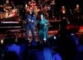 La cantante cubana Omara Portuondo junto al músico Roberto Fonseca y otros artistas participantes, en el concierto homenaje organizado por el músico Roberto Fonseca, durante la clausura del 35 Festival de Jazz Plaza de La Habana, el 19 de enero de 2020. Foto: Ernesto Mastrascusa / EFE.