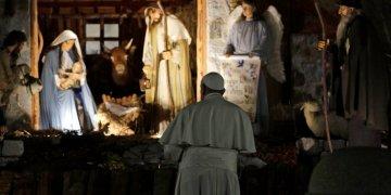 El papa Francisco presencia una representación del nacimiento de Jesús expuesto en la Plaza de San Pedro después de presidir una ceremonia en vísperas de la Fiesta de Santa María y el Te Deum de Acción de Gracias de fin de año en la Basilica de San Pedro en el Vaticano, el martes 31 de diciembre de 2019. (AP Foto/Gregorio Borgia)