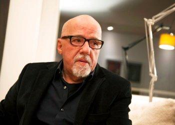 El escritor brasileño Paulo Coelho durante una entrevista en su apartamento en Ginebra, Suiza. Foto: Boris Heger / AP / Archivo.