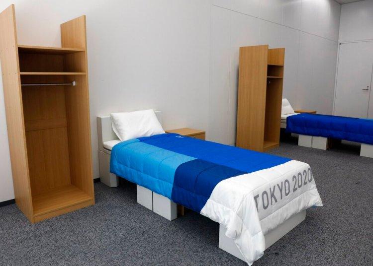 Dos lotes de muebles de dormitorio, que incluyen camas hechas de cartón, para los Juegos Olímpicos y Paralímpicos de Tokio 2020, expuestos en una habitación de muestra, el jueves 9 de enero de 2020.  (AP Foto/Jae C. Hong)