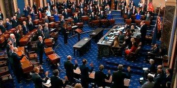 John Roberts (de pie al centro a la derecha) juramenta como jurados a los miembros del Senado para el juicio político contra Donald Trump, en el Capitolio, el jueves 16 de enero de 2020. (Televisión del Senado vía AP).