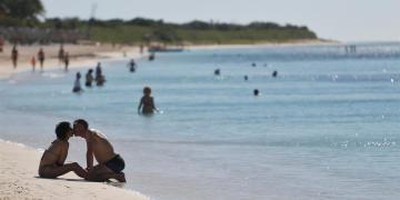 Fotografía del 17 de enero de 2020 que muestra una pareja de turistas en la playa aledaña al Hotel Memories Trinidad del Mar, en la ciudad de Trinidad, en Sancti Spíritus (Cuba). Foto: EFE/ Yander Zamora