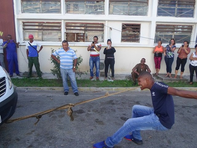 """Fonseca realiza una exhibición de su """"don"""" en Santiago de Cuba. Foto: http: www.sierramaestra.cu"""