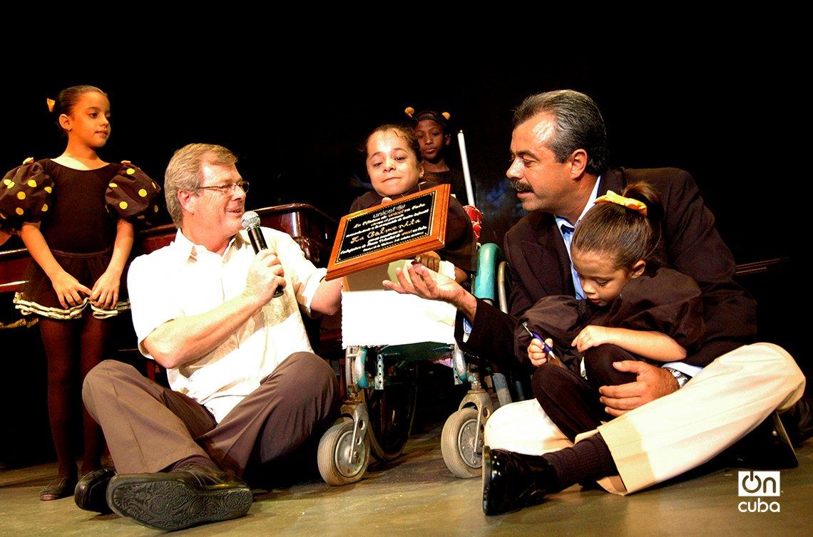 """Carlos Alberto """"Tin"""" Cremata (d) recibe en el 2007 la condición de Embajadora de Buena Voluntad de UNICEF, conferida a La Colmenita. Foto: Kaloian."""