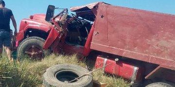 Camión accidentado en Contramaestre, en el oriente de Cuba, en un hecho que causó la muerte a tres personas y dejó ocho lesionados, el 1ro de febrero de 2020. Foto: Perfil de Facebook de Angelina Ramos Montoya.