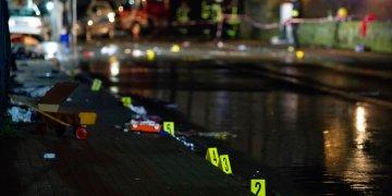 Marcas colocadas por investigadores cerca del auto que embistió contra una multitud durante un desfile de Carnaval en Volkmarsen, Alemania, el lunes 24 de febrero de 2020. (Swen Pfortner/dpa via AP)
