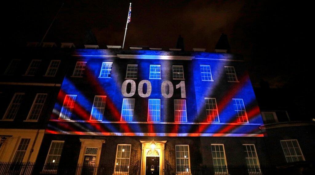 La cuenta regresiva para el Brexit y los colores de la bandera del Reino Unido iluminaron el exterior de la residencia oficial del primer ministro británico en Londres, Inglaterra, el viernes 31 de enero de 2020. Foto: Kirsty Wigglesworth/AP.