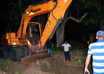 Trabajos de reparación de la avería que provocó la contaminación del agua potable en el sistema de distribución a varios municipios de La Habana. Foto: Ricardo Gómez / Tribuna de La Habana.