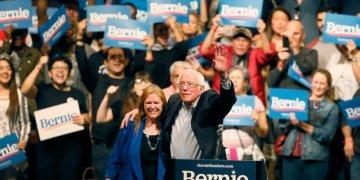 El candidato presidencial demócrata Bernie Sanders, con su esposa Jane O'Meara Sanders, agita su mano durante un mitin en El Paso, Texas, el sábado 22 de febrero de 2020.  Foto: Briana Sánchez/ AP.