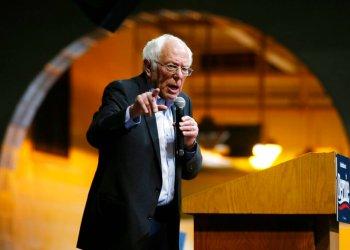 El precandidato presidencial demócrata Bernie Sanders pronuncia un discurso durante un acto de campaña en Richmond, Virginia, el jueves 27 de febrero de 2020.  Foto: Steve Helber/AP.