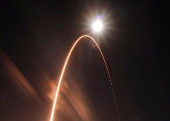 En esta imagen proporcionada por la NASA, el cohete Atlas V de United Launch Alliance despega del Complejo de lanzamiento 41 en la base aérea de Cabo Cañaveral, Florida, el domingo 9 de febrero de 2020. (Fragmento). Foto: Jared Frankle/NASA via AP.