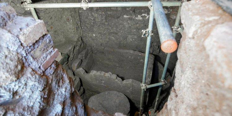 Un sarcófago de 1,4 metros y lo que parece ser una pieza de un altar del siglo VI a.C. en una cámara subterránea en el antiguo Foro Romano, durante una presentación a los medios en Roma, el viernes 21 de febrero de 2020. Foto: Andrew Medichini / AP.