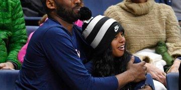 En esta foto del 2 de marzo de 2019, Kobe Bryant y su hija Gianna presencian un partido de básquetbol en Storrs, Connecticut. Foto: Jessica Hill / AP / Archivo.