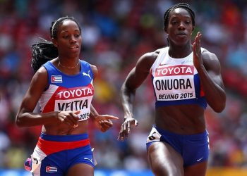 La cubana Lisneidy Veitía (i) y la británica Anyika Onuora, en el campeonato mundial de atletismo de Beijing 2015. Foto: Cameron Spencer / Getty Images.