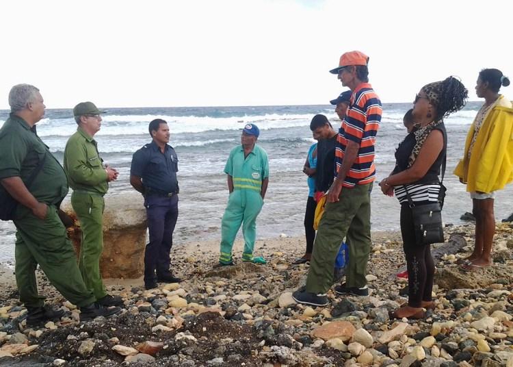 Integrantes de un destacamento Mirando al mar y militares cubanos, que trabajan de conjunto en la detección de recalos de drogas en las costas cubanas. Foto: lacalle.cu / Archivo.
