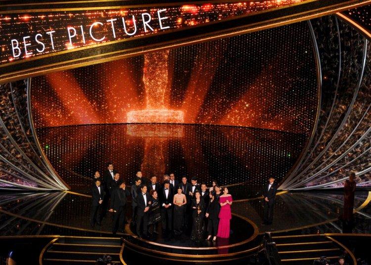 """El elenco y equipo de """"Parasite"""" recibe el Oscar a la mejor película. (AP Foto/Chris Pizzello)"""