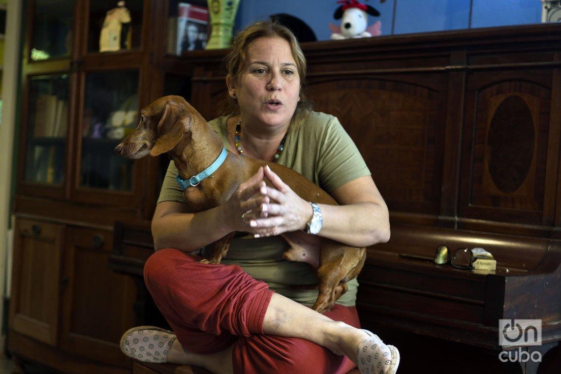 La activista por los derechos de los animales en Cuba Violeta Rodríguez y su perro Segundo, durante una entrevista con OnCuba. Foto: Otmaro Rodríguez.