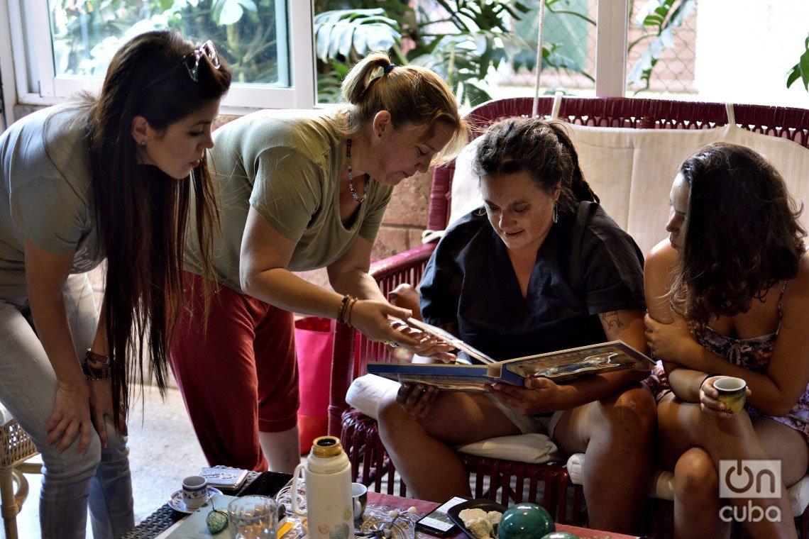 Cuatro activistas de la protección animal en Cuba, que participaron en recientes reuniones con representantes estatales. De izquierda a derecha: Sahily María Naranjo, Violeta Rodríguez, Yoanne Lisbet Valdés y Camila Cabrera. Foto: Otmaro Rodríguez.