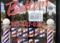 La fachada de una barbería en La Pequeña Habana con la advertencia de cierre de las autoridades. | Rui Ferreira