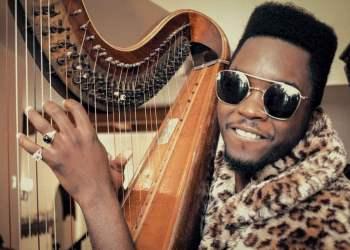 """El músico cubano Cimafunk en un fotograma de su videoclip """"Me voy""""."""