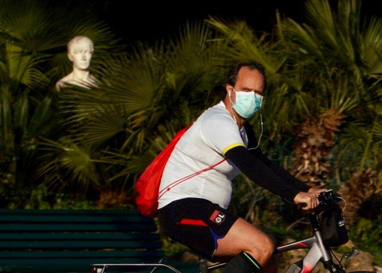 Un ciclista pasa frente a una estatua ubicada en el parque Pincio de Roma, el jueves 19 de marzo de 2020. Foto: Andrew Medichini/AP.